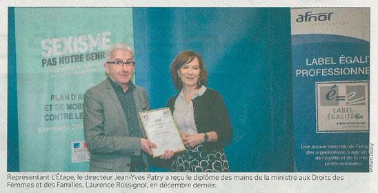 Représentant L'Étape, le directeur Jean-Yves Patry a reçu le diplôme des mains de la ministre aux Droits des Femmes et des Familles, Laurence Rossignol, en décembre dernier